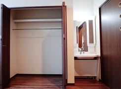 お部屋:ウォークインクローゼットと洗面台